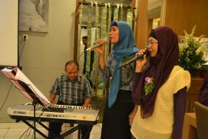 Mahasiswa Ikut Memeriahkan Acara Dengan Menyumbang Lagu