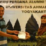 Simbolis Penyerahan Buku Oleh Ibu Endah Sulistiawati kepada Alumni